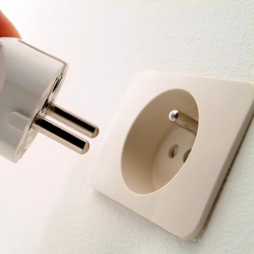 V prvem trimesečju 2021 so gospodinjstva za elektriko plačala 7 % več kot lani; pri negospodinjskih porabnikih brez spremembe