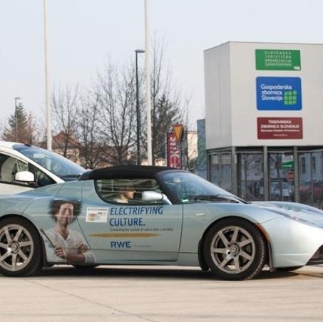 Tesla odpira prvo prodajalno vozil v Sloveniji