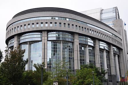 Evropski parlament potrdil nove emisijske standarde CO2 za nova težka vozila