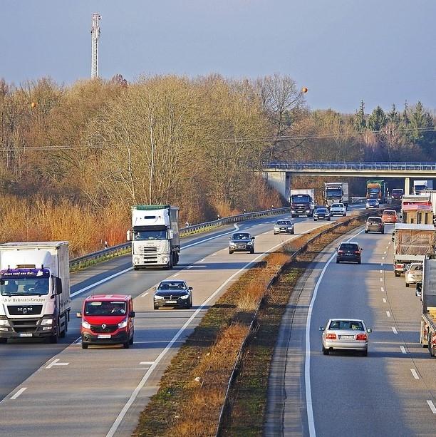 Države EU dosegle začasni dogovor o prvi zakonodaji o emisijah CO2 iz težkih vozil