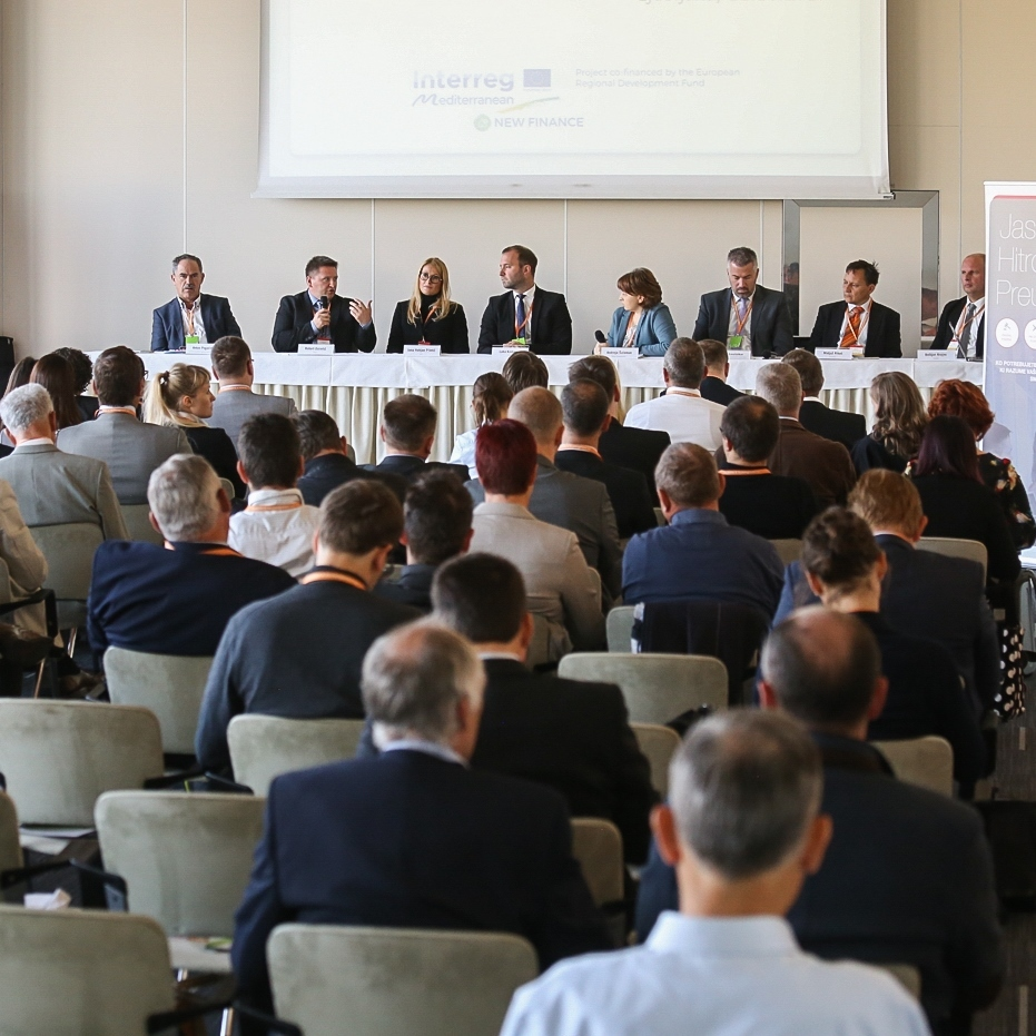 En.občina 017: Energy Renovation of Public Buildings and Who Bears the Risks