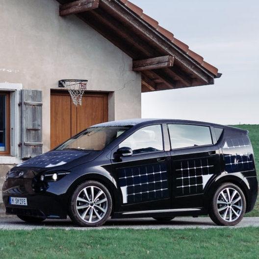 Nemški start-up začel testirati električni avtomobil, ki se lahko polni kar med vožnjo
