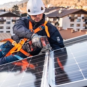 GEN-I na Jesenicah postavil prvo sončno elektrarno na večstanovanjski stavbi