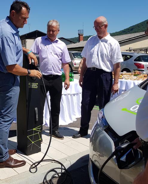 Elektro Ljubljana s pilotnim projektom v Trebnjem preučuje možnosti polnjenja e-vozil z OVE