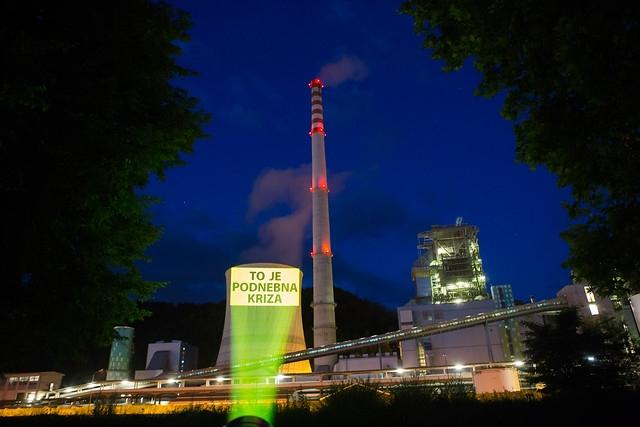 Greenpeace s projekcijo na TEŠ opozoril na podnebno krizo