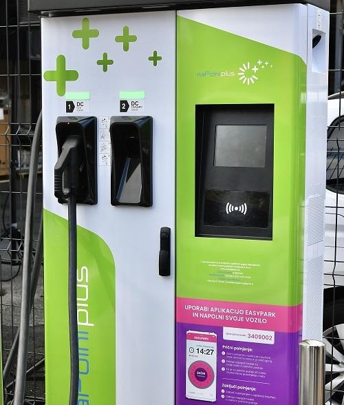 V Mariboru odprli prvo mini polnilno središče za električna vozila