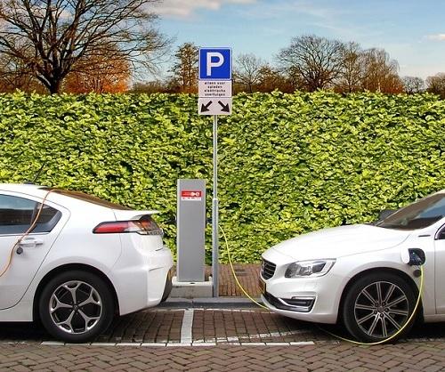 Nove nestanovanjske stavbe z več kot desetimi parkirnimi mesti bodo morale imeti polnilno postajo za EV
