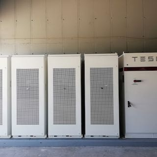 Iskrine proizvodne lokacije bodo opremljene z Li-Ion baterijskimi sistemi