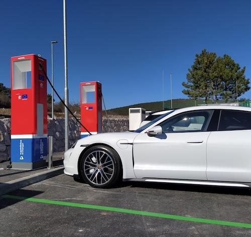 Strokovnjaki opozarjajo: Električna omrežja ne bodo kos polnjenju električnih vozil v konicah