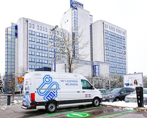 Novartis v Sloveniji uvedel električni dostavnik in polnilne postaje